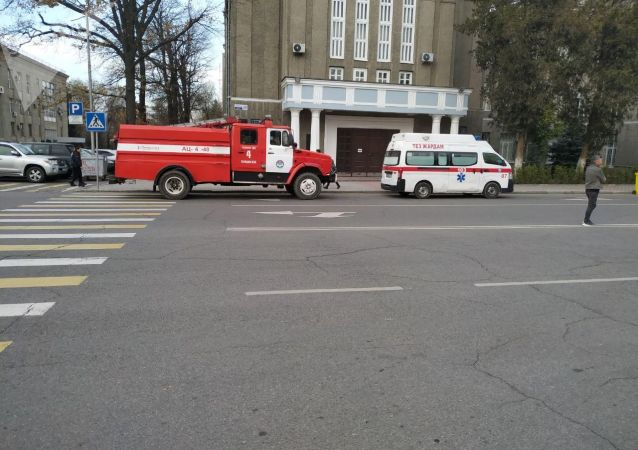 Скорая помощь и пожарн машина на Старой площади Бишкека, где будет организована фан-зона на футбольный матч между сборными Кыргызстана и Японии