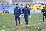 Вратари на стадионе Омурзакова в Бишкеке, где начнется футбольный матч между сборными Кыргызстана и Японии в Бишкеке