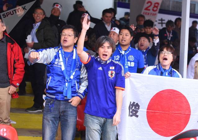 Болельщики сборной Японии на стадионе Омурзакова в Бишкеке, где начнется футбольный матч между сборными Кыргызстана и Японии в Бишкеке