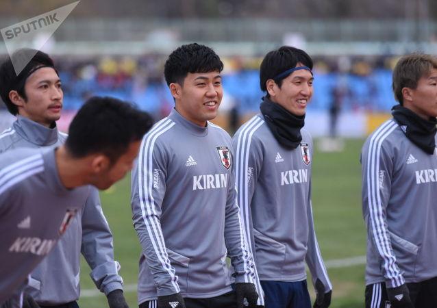 Футболисты сборной Японии на стадионе Омурзакова в Бишкеке, где начнется футбольный матч между сборными Кыргызстана и Японии в Бишкеке