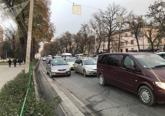 Автомобильный затор из-за перекрытия улиц на футбольный матч между сборными Кыргызстана и Японии в Бишкеке