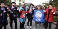 Кыргызстан менен Япония курама командаларынын оюнун көрүүгө япон күйөрмандары чогулду. Айрымдары Кыргызстанда иштеп, жашаса, кээ бири атайын оюнду көрүү үчүн Япониядан келген.