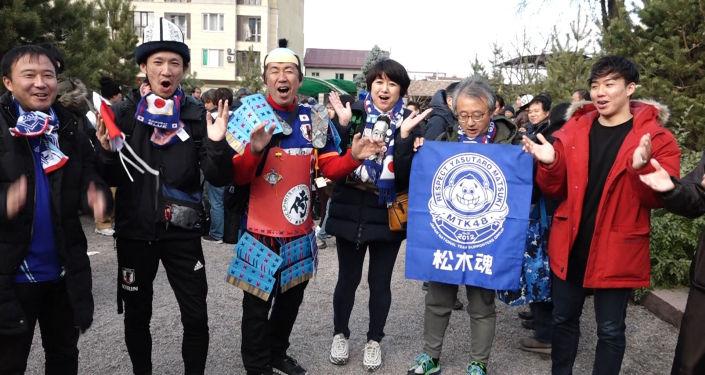 За игрой между сборными Кыргызстана и Японии по футболу прилетели наблюдать около 250 японских болельщиков. Мы спросили, что они думают о матче.