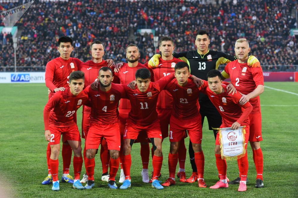 Футболисты сборной Кыргызстана перед матчем. Капитан — защитник Валерий Кичин.