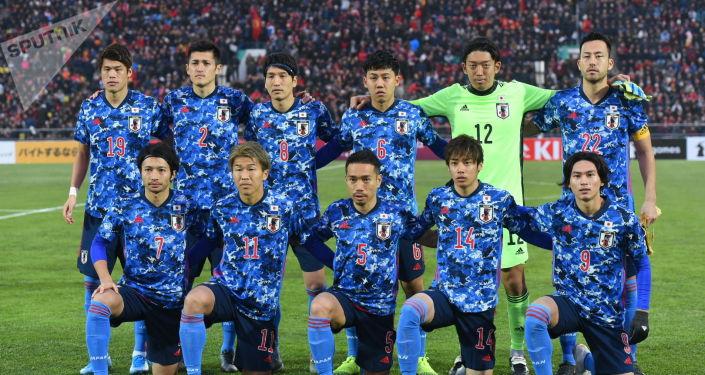 Футболисты сборной Японии во время матча между сборными Кыргызстана и Японии на стадионе Омурзакова в Бишкеке