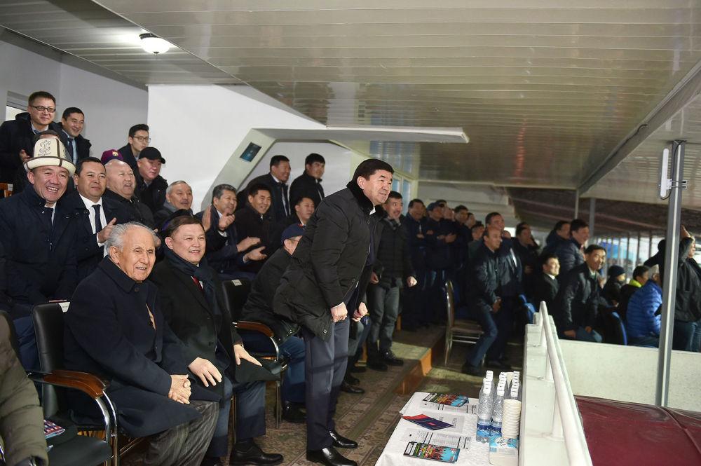 Премьер-министр Мухаммедкалый Абылгазиев, спикер Жогорку Кенеша Дастан Джумабеков, депутаты и чиновники следят за игрой с VIP-трибуны