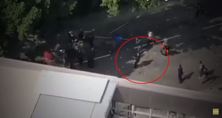 Во время митинга 70-летнему мужчине попали кирпичом по голове — видео момента