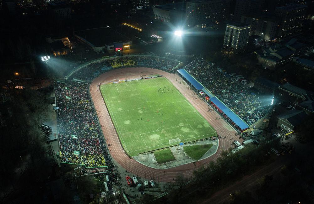 Вот так выглядел стадион с высоты птичьего полета. Снимок сделан после первого тайма во время перерыва.