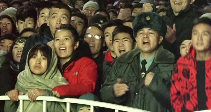 Япония менен Кыргызстандын футболдук беттеши эски аянтта уюштурулган фан-зонада көрсөтүлдү. Бул жерге стадиондон көрүүгө билет ала албай калгандар келишкен. Анткени билеттер күн мурунтан эле сатылып бүткөн.