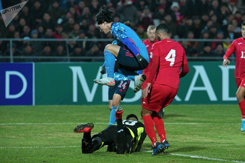 Он неоднократно спасал ворота. Однако второй гол прилетел со штрафного удара.
