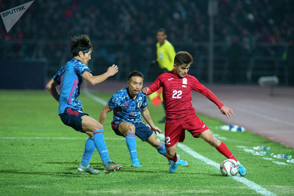 Молодой игрок сборной Кыргызстана Алимардон Шукуров против опытных защитников команды-соперника