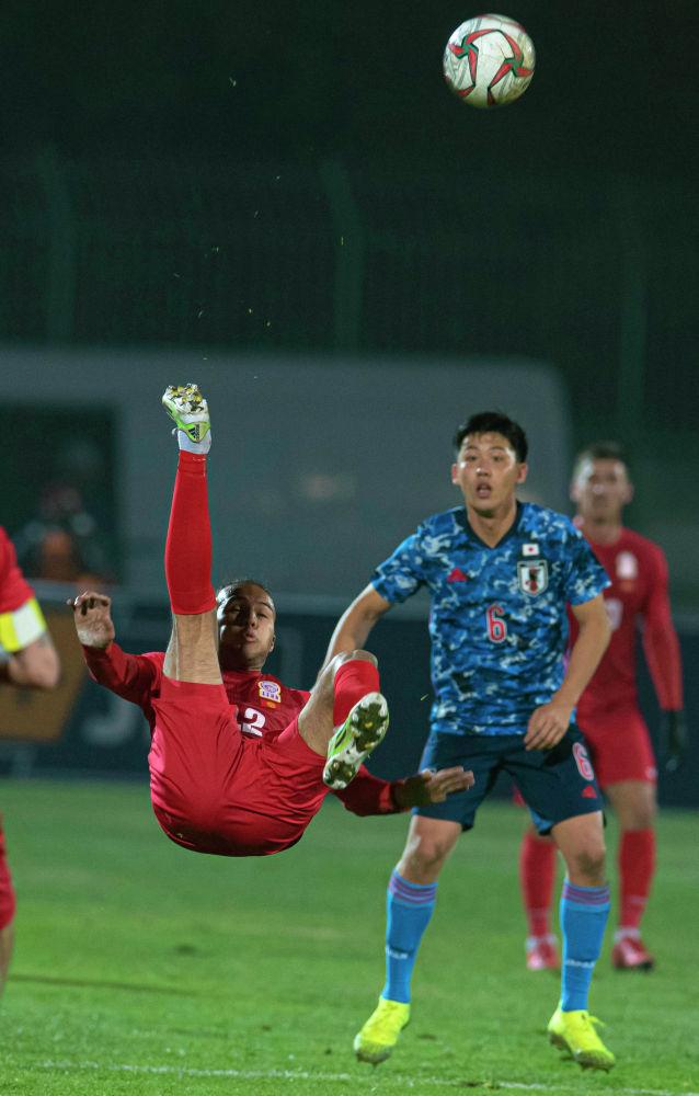 Одилжон Абдурахманов ударом через себя выносит мяч с половины поля сборной Кыргызстана