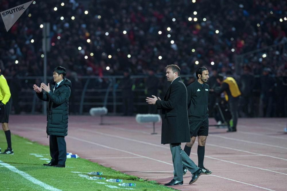 Тренер сборной Кыргызстана Александр Крестинин. Он в своем привычном стиле — эмоции держит при себе.