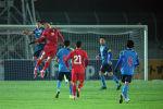 Нападающий Мирлан Мурзаев в борьбе в воздухе за мяч. Сегодня от него ждали гола, но забить он не смог.