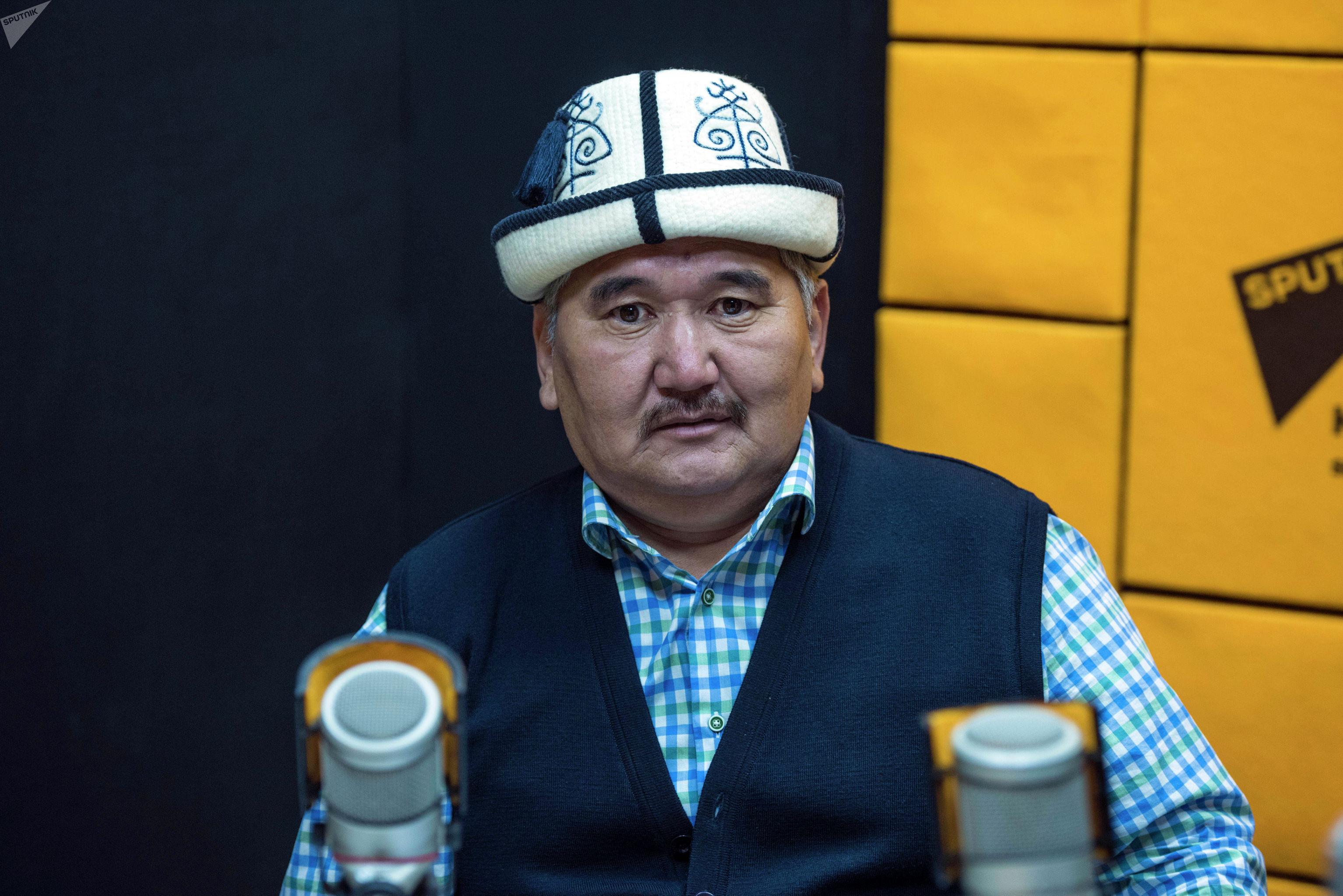 Член комитета мельников Кубанычбек Кудайкулов во время беседы на радио Sputnik