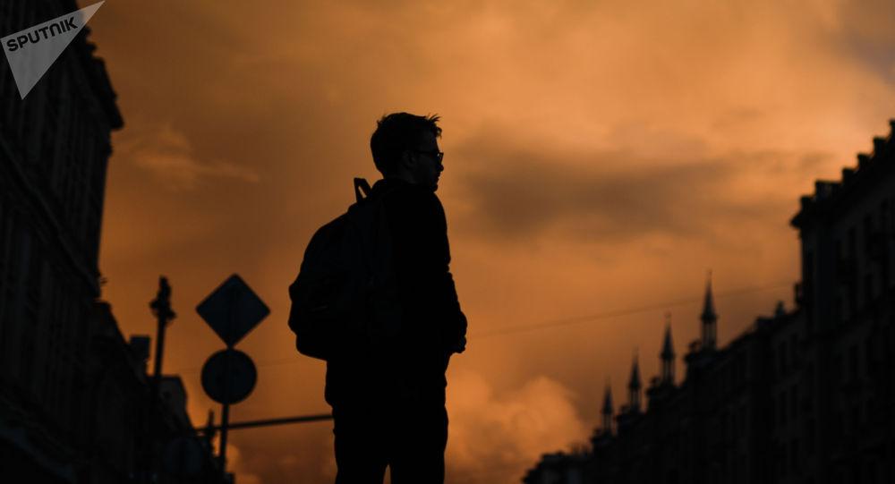 Молодой человек на улице. Архивное фото
