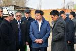 Премьер-министр Кыргызской Республики Мухаммедкалый Абылгазиев во время ознакомления с ходом строительства школ в Чуйской области.