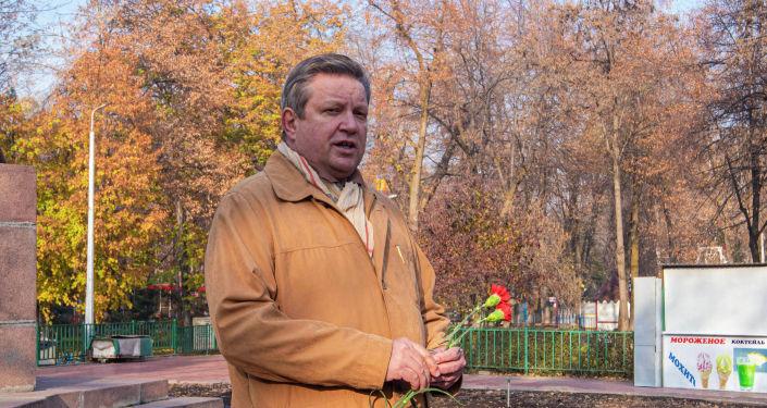 Руководитель представительства Россотрудничества в КР Виктор Нефедов на митинге-реквиеме, посвященный памяти воинов-панфиловцев в парке имени Панфилова в Бишкеке. 16 ноября, 2019 года