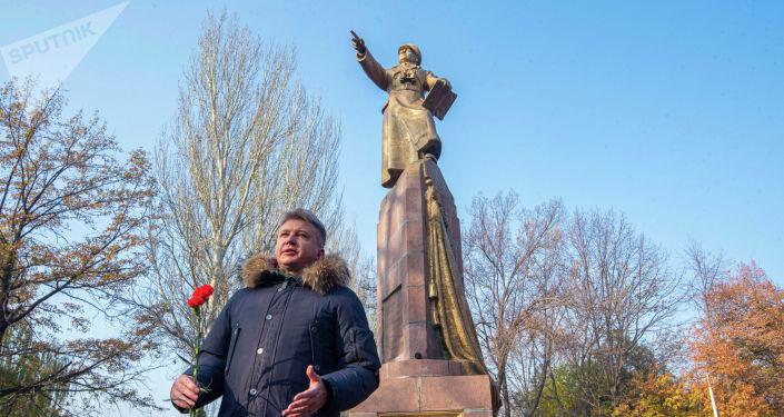 Советник посольства России Андрей Сургаев на митинге-реквиеме, посвященный памяти воинов-панфиловцев в парке имени Панфилова в Бишкеке. 16 ноября, 2019 года