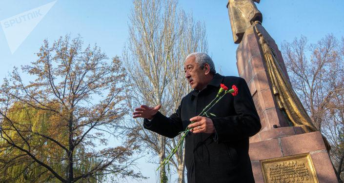 Депутат ЖК Исхак Масалиев на митинге-реквиеме, посвященный памяти воинов-панфиловцев в парке имени Панфилова в Бишкеке. 16 ноября, 2019 года