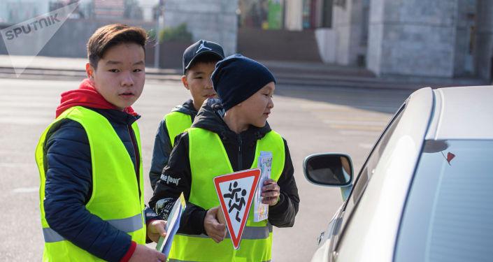 Школьники на акции Дайте дорогу детям в преддверии Всемирного дня памяти жертв ДТП, который отмечается в третье воскресенье ноября.