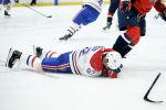 Хоккеист Монреаля Канадиенс Джонатан Друэн лежит на льду после удара игрока Вашингтон Кэпиталз Алекса Овечкина во время второго периода хоккейной игры НХЛ в Вашингтоне. 15 ноября 2019 года