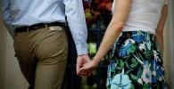 Муж и жена держатся за руки. Архивное фото