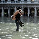 Венеция, переживающая традиционный период высокой воды, столкнулась со вторым за свою историю наводнением. Уровень воды приблизился к отметке 187 сантиметров, 80 процентов территории города затопило.