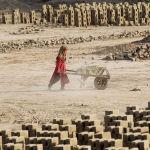 Девочка работает на кирпичной фабрике на окраине города Джелалабада (Афганистан)