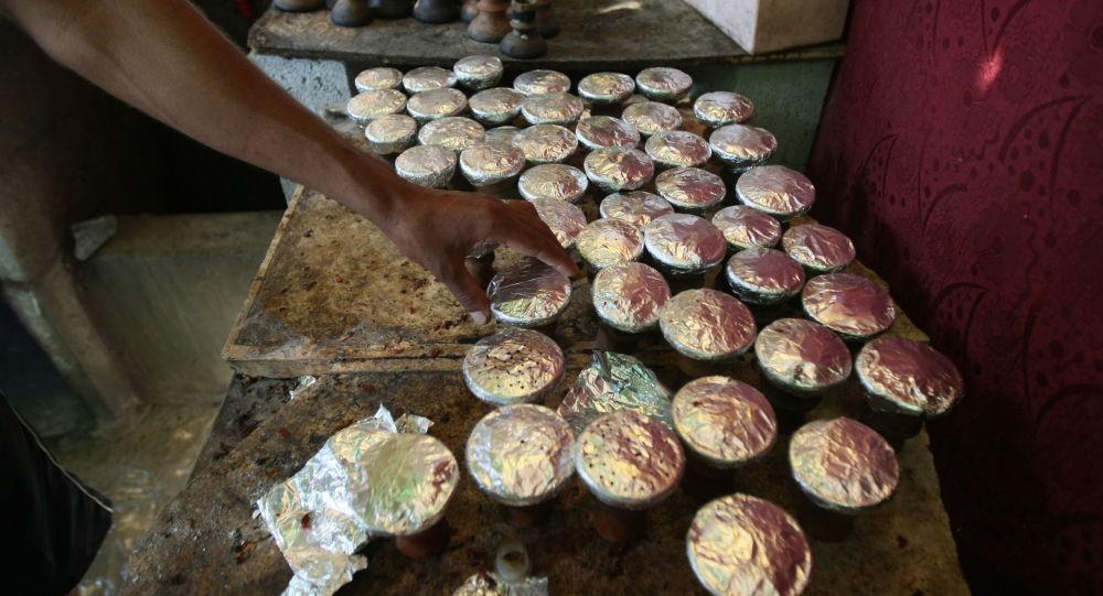 Глиняные миски с ароматизированным табаком для кальяна. Архивное фото