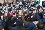 Тбилисиде полиция кызматкерлери парламенттин алдына нааразычылык акциясына чогулган элди кубалады