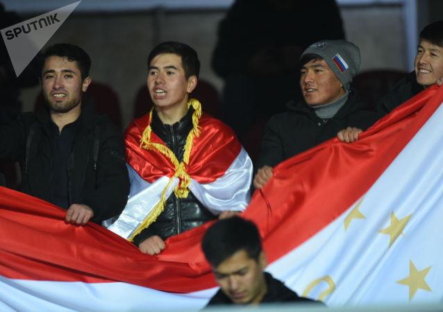 Болельщики сборной КР на матче Кыргызстан — Таджикистан в Бишкеке, в рамках группового этапа Чемпионата мира 2022 года