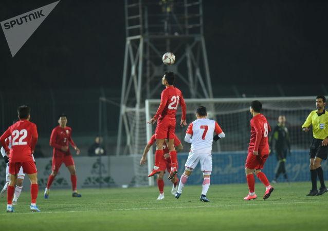 Розыгрыш углового на матче Кыргызстан — Таджикистан в Бишкеке, в рамках группового этапа Чемпионата мира 2022 года