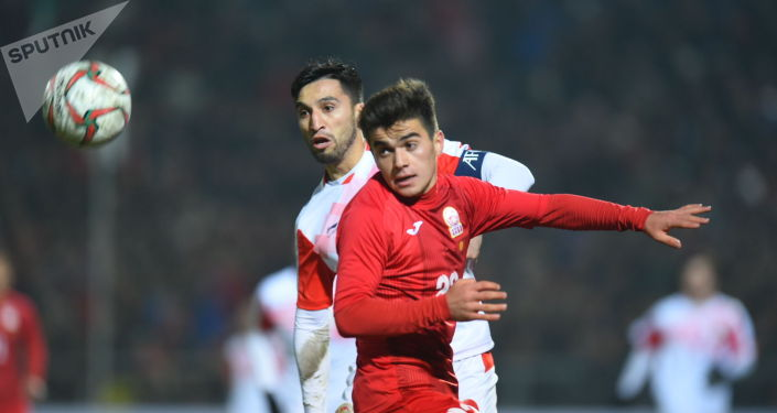 Полузащитник сборной КР Алимардон Шукуров на матче Кыргызстан — Таджикистан в Бишкеке, в рамках группового этапа Чемпионата мира 2022 года