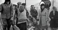 Режиссер Толомуш Океев, актриса Наталья Аринбасарова и другие актеры во время съемки фильма Улан в Балыкчи. 1977-год