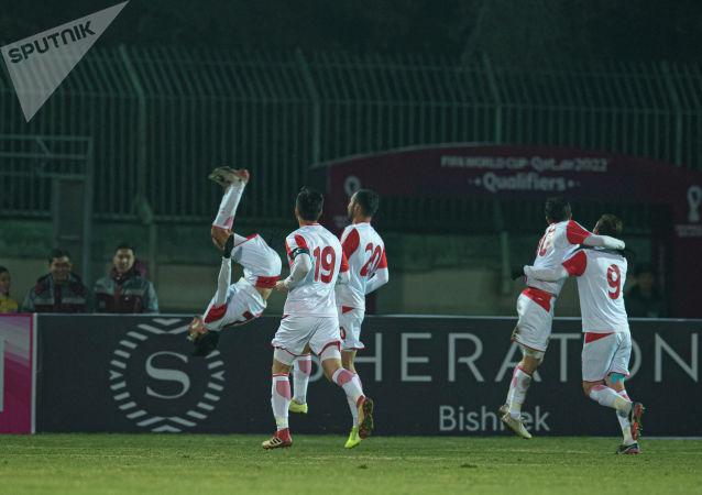 Игроки сборной Таджикистана радуются забитому голу на матче Кыргызстан — Таджикистан в Бишкеке, в рамках группового этапа Чемпионата мира 2022 года