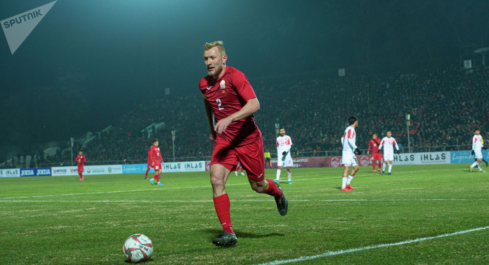 Защитник сборной КР Валерий Кичин на матче Кыргызстан — Таджикистан в Бишкеке, в рамках группового этапа Чемпионата мира 2022 года