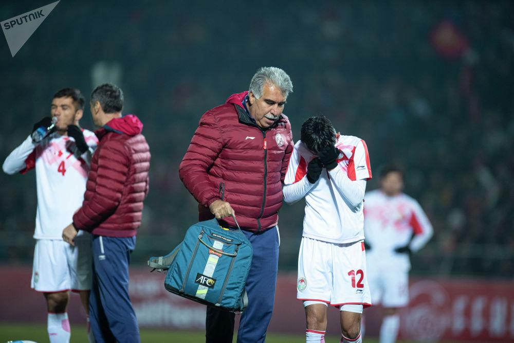 Игроки сборной Таджикистана часто падали, им неоднократно оказывалась помощь. Судя по всему, травмы были несерьезными.