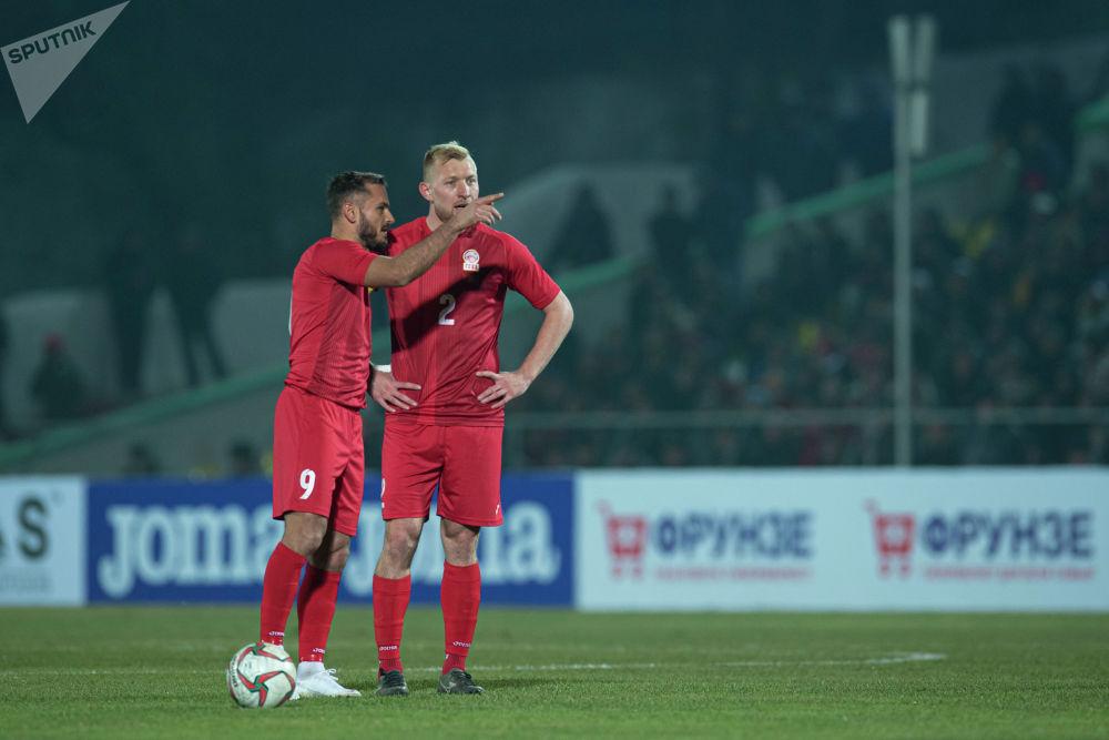 Валерий Кичин и  Эдгар Бернхардт на матче Кыргызстан — Таджикистан в Бишкеке, в рамках группового этапа Чемпионата мира 2022 года