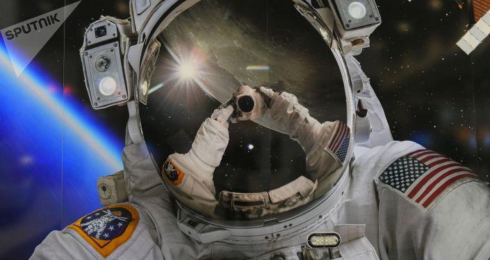Скафандр астронавта NASA на выставке в рамках Международный конгресс астронавтики в Вашингтоне.