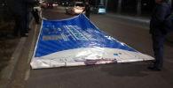 Демонтаж баннера на билборде, рекламировавший наркотики на пересечении проспекта Чуй и улицы Курманджан Датки Бишкека