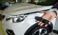 Мужчина демонстрирует ключи от автомобиля. Архивное фото