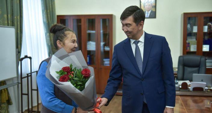 Мэр Бишкека Азиз Суракматов поблагодарил сотрудников милиции, задержавших мужчину с ножом, а также водителя троллейбуса № 2, сообщившую о преступнике