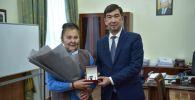 Бишкек шаарынын мэри Азиз Суракматов жүргүнчүлөргө бычак шилтеген кишини кармаган милиция кызматкерлери менен №2 троллейбустун айдоочусуна ыраазычылык билдирди