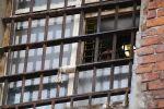 Заключенный СИЗО смотрит в окно. Архивное фото