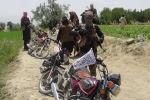 Боевики Талибана стоят с оружием в районе Ахмад Аба на окраине города Гардез, столицы провинции Пактия, 18 июля 2017 года.