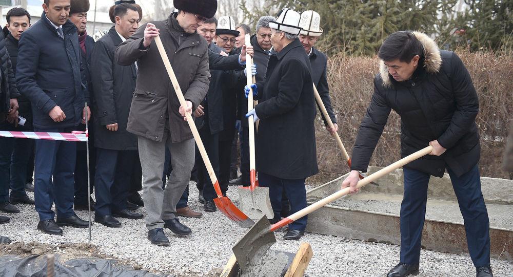 Премьер-министр КР Мухаммедкалый Абылгазиев в рамках рабочей поездки в Нарынскую область заложил капсулу на месте строительства музея и памятника Турдакуну Усубалиеву