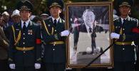 Кыргызстандын эл жазуучусу Казат Акматовду акыркы сапарга узатуу. Архив