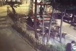 В Стамбуле на камеру наружного наблюдения попал момент убийства Айеркена Саймаити. Видео опубликовало турецкое информагентство Haberler.