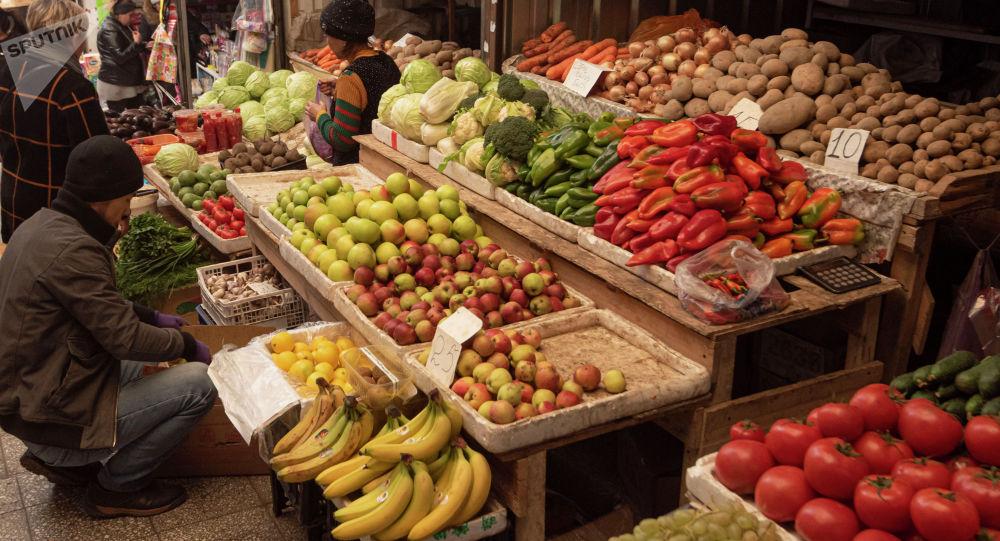 Продажа овощей и фруктов рынке. Архивное фото